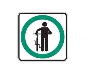 Pour prévenir les collisions, les cyclistes doivent marcher à côté de leur vélo dans les espaces piétonniers de l'UQAM.